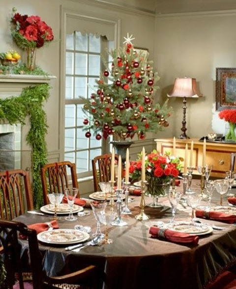 37 stunning christmas dining room d cor ideas digsdigs for Christmas dining room table decorations