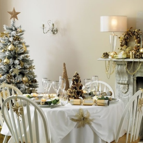 Stunning christmas dining room decor ideas digsdigs for Ideas to decorate dining room table for christmas
