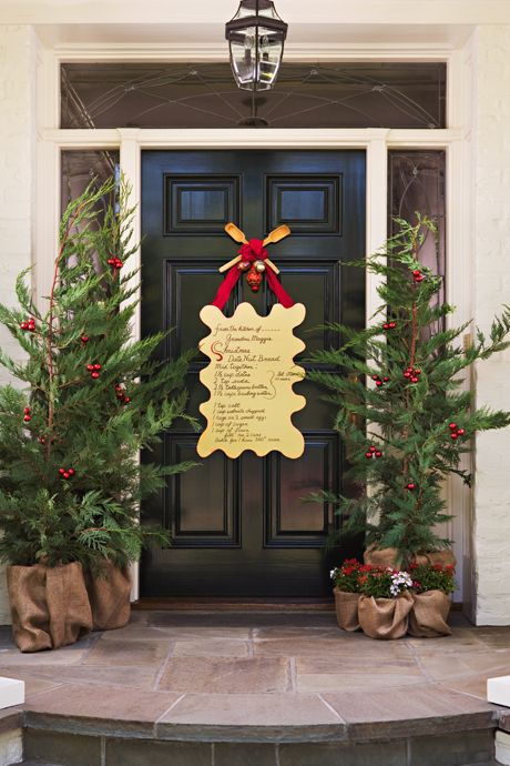 38 stunning christmas front door d cor ideas digsdigs for Front yard christmas decorating ideas