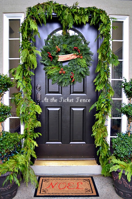 38 stunning christmas front door d cor ideas digsdigs for Outdoor entryway decorating ideas