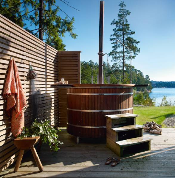 Stunning swedish summer home with cool outdoor wood fired for Outdoor bathtub wood fired