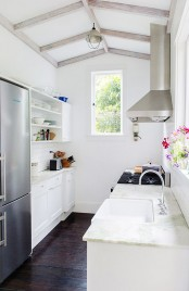 stylish-and-functional-narrow-kitchen-design-ideas-21
