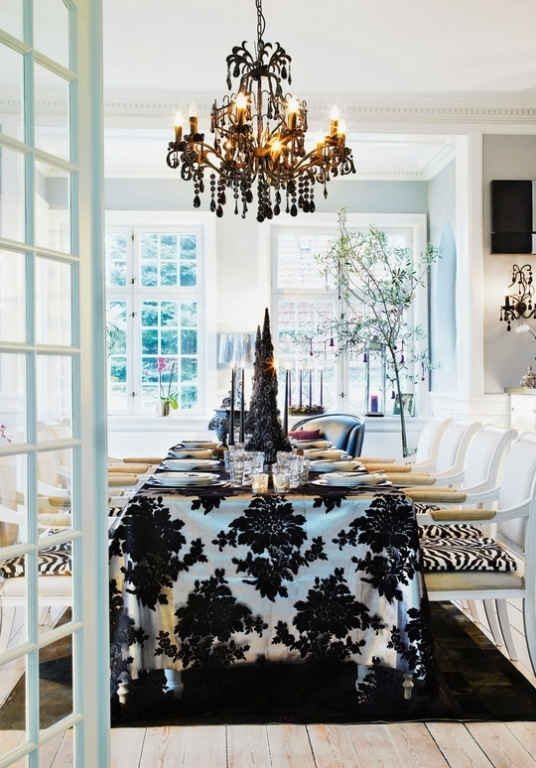 10 Stylish Black And White Christmas Décor Ideas - DigsDigs