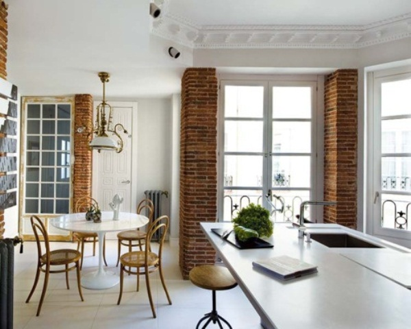red brick pillars here and there unit the open layout making it more cohesive