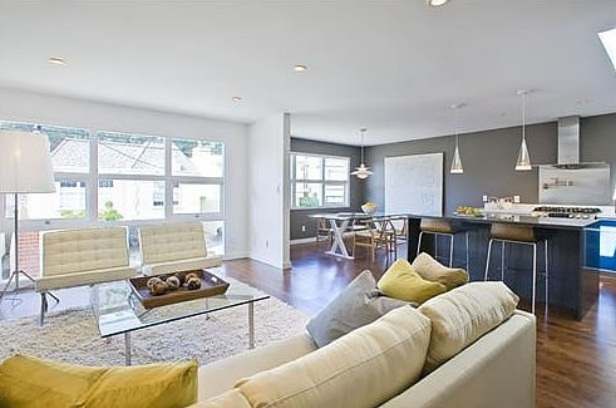 an airy and neutral living room with neutral furniture, bright touches and lamps all over