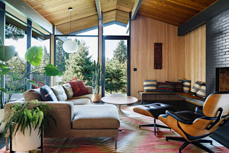 Stylish mid century house with warm colored wood decor - Mid century modern home decor ...