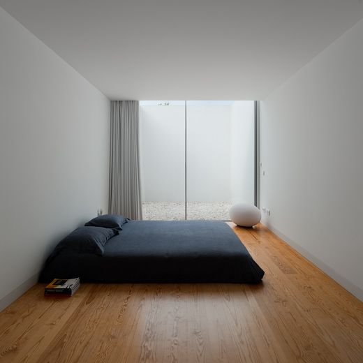 34 stylishly minimalist bedroom design ideas digsdigs for Minimal living room decor