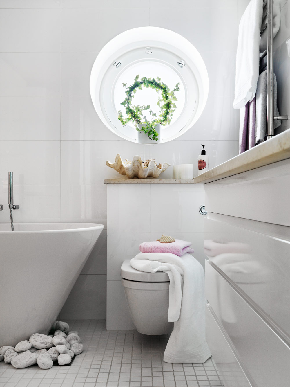 Stylish small bathroom with an unusual decor digsdigs for Decorated bathrooms photos