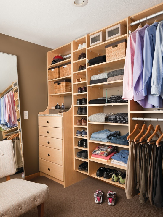Organising a walk-in closet is as important as organzine any other clothes storage solution. Otherwise it could become a waste of space.