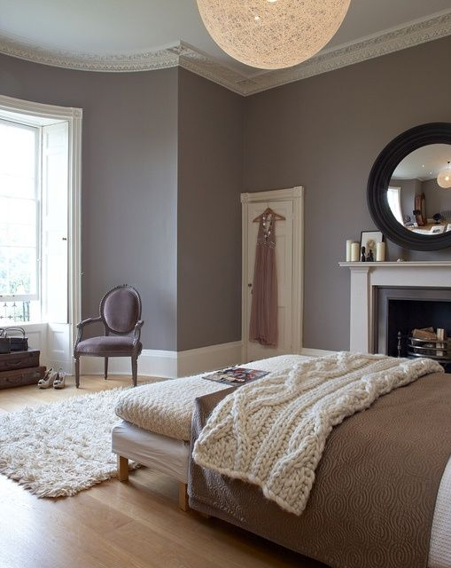 27 super cozy and comfy bedrooms with a fireplace digsdigs for Chambre blanc et taupe