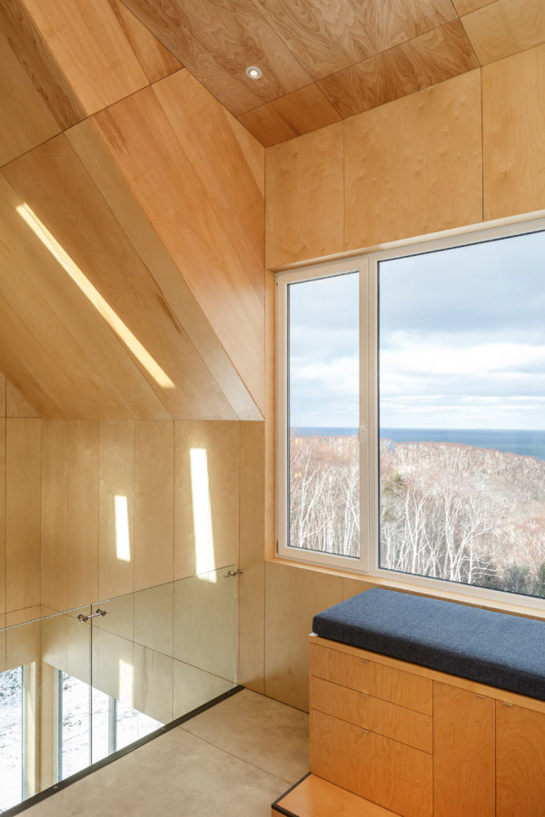 Light fills the cabin due to the large windows, and outdoors merges with indoors thanks to them