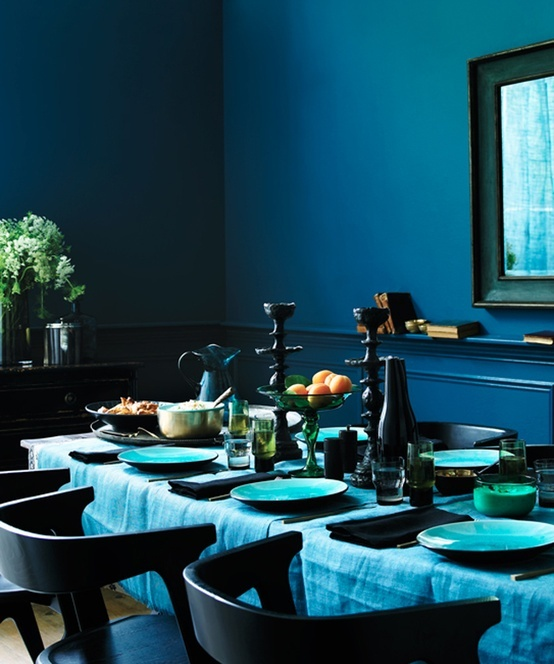 a moody Thanksgiving tablescape in the shades of blue and with black touches and spruced up with shiny gold details
