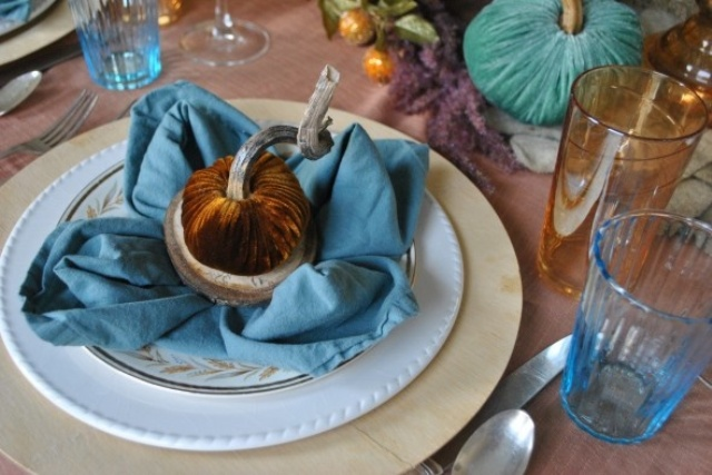 blue glasses, blue napkins and some blue fabric pumpkins make the table chic and bright