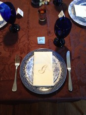 blue and white porcelain and deep blue glasses look veyr chic and elegant with a burgundy tablecloth and this combo is great for Thanksgiving