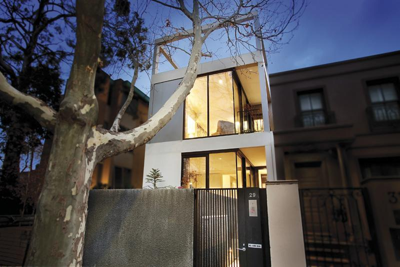 Thin and modern townhouse design in melbourne digsdigs for Modern townhouse architecture