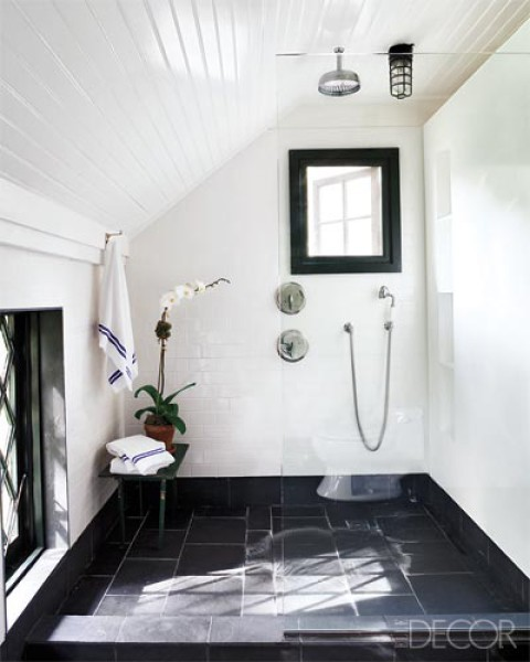 23 traditional black and white bathrooms to inspire digsdigs for Slate wet room