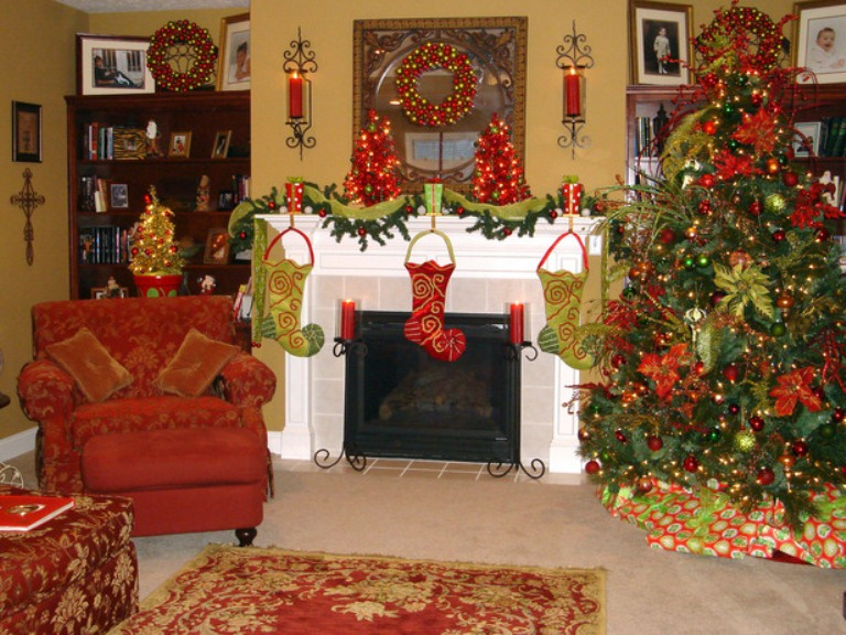 40 traditional christmas decorations digsdigs for Christmas mantel design ideas