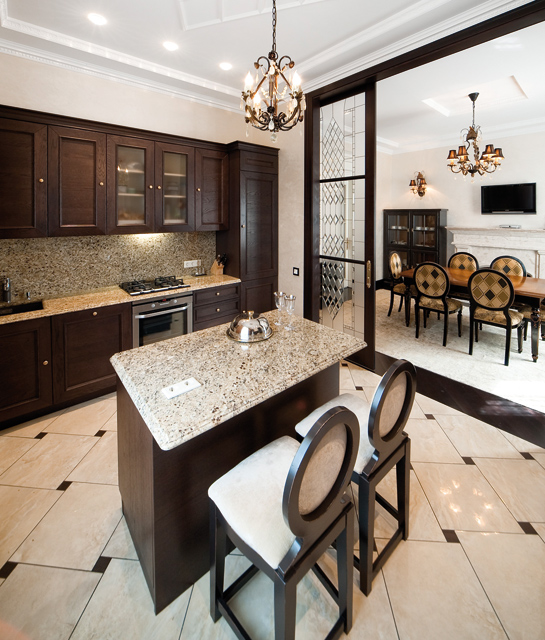 Traditional Interior Design With Creme Scheme And Dark Furniture