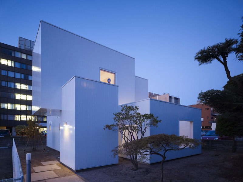 Ultra minimalist house made of boxes in japan digsdigs for Japanese minimalist house design