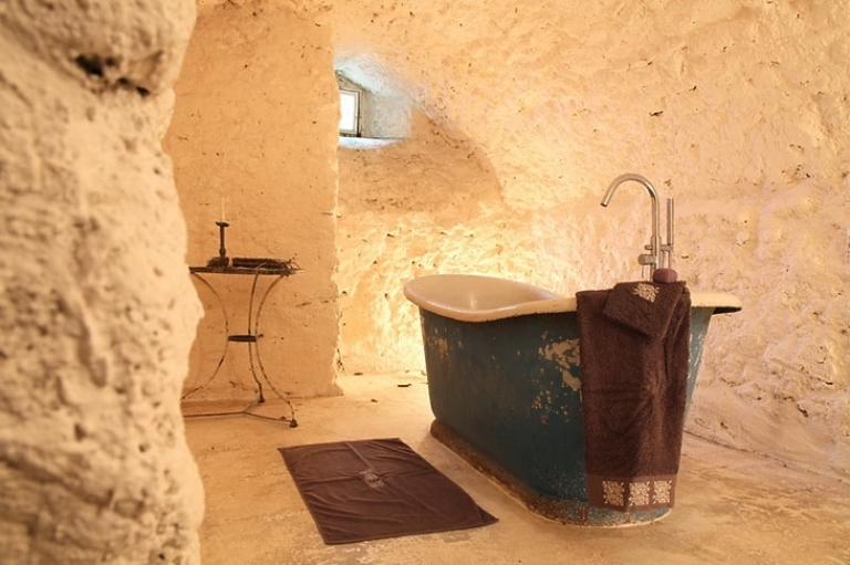 Unique house of rough wood and stone digsdigs - Salle de bain rustique ...