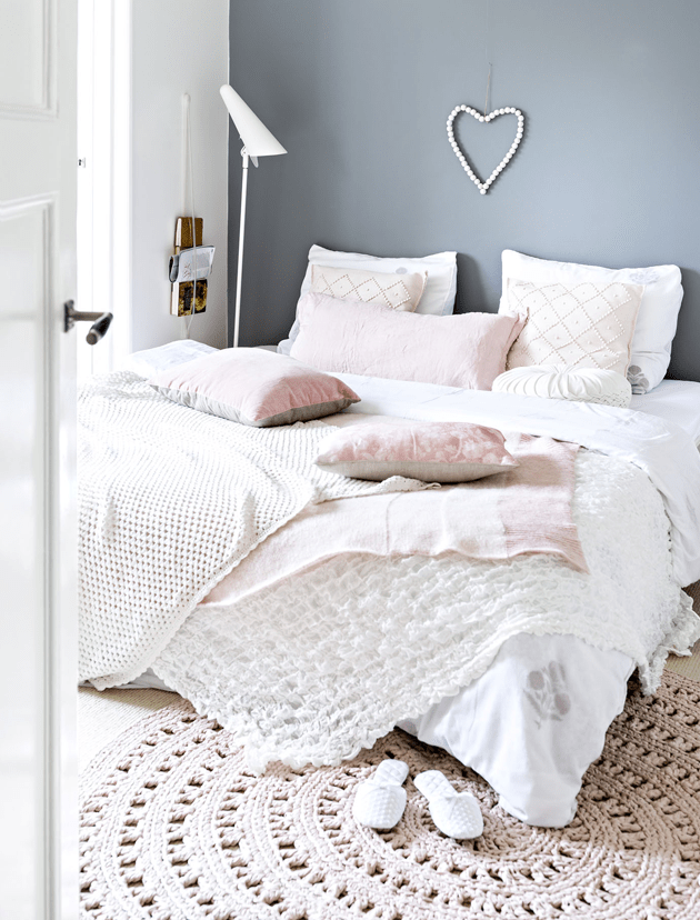 Vintage feminine home with blush pink accents digsdigs for Deco chambre romantique beige