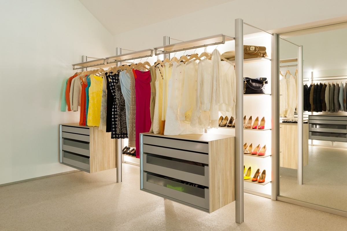 Walk-In Dresswall Closet To Make Dressing A Pleasure