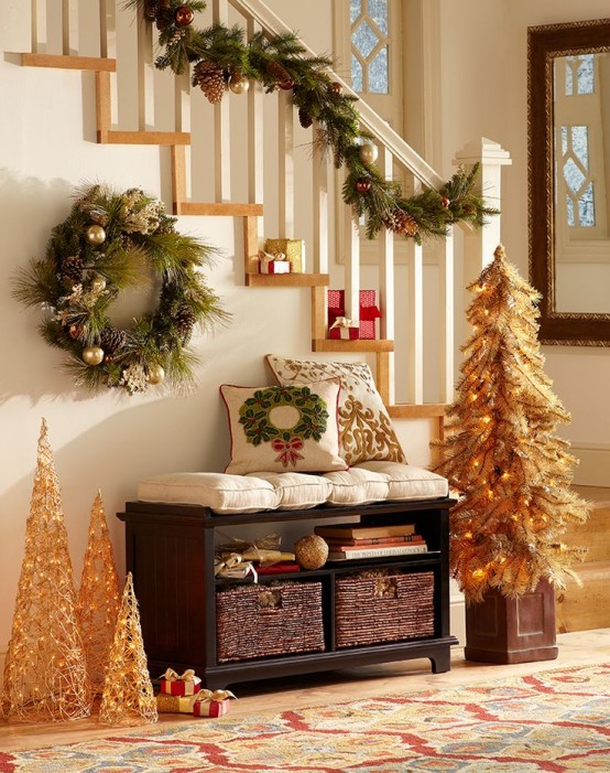 23 welcoming and cozy christmas entryway d cor ideas for Foyer christmas decorating ideas