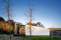 white-barn-like-house-with-modenr-features-12