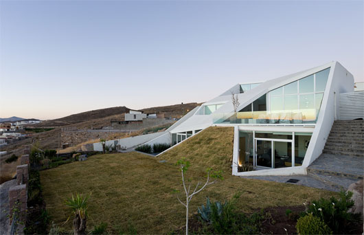 Modern White House Built In The Mountain Slope by Productora