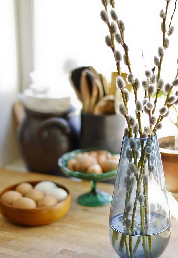 a blue clear vase with some willow is a simple and cute modern centerpiece for spring and Easter