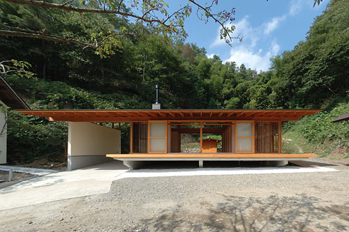 Japanese wooden weekend house by k2 design digsdigs for Small house design made of wood