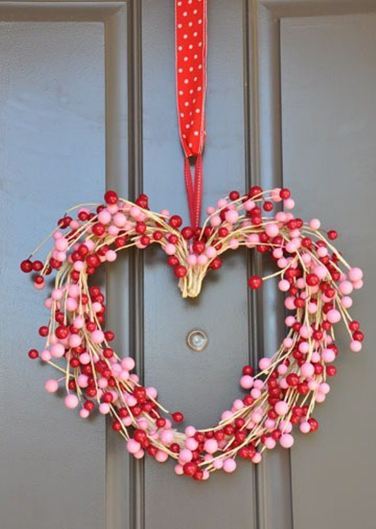 30 wreath and garland ideas for valentine s day digsdigs. Black Bedroom Furniture Sets. Home Design Ideas